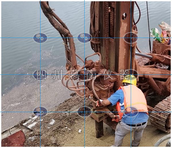 水库上游钻孔安装沉降位移计