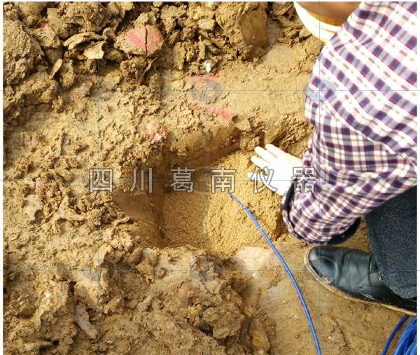 华水监理现场监督武汉重建在土石坝中的渗压计安装埋设过程